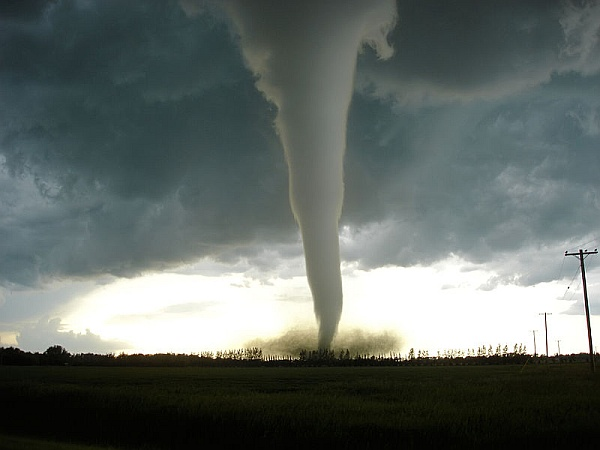 F5 Tornado approaching Elie, Manitoba on June 22, 2007 (photo by Justin Hobson via Wikimedia Commons)